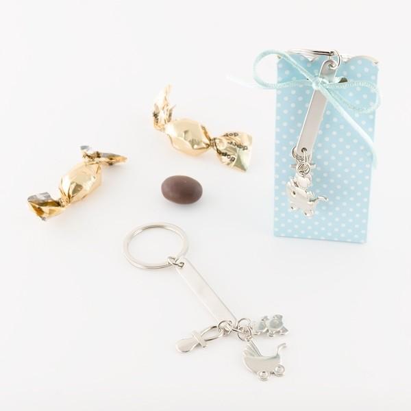 Detalle de Bautizo llavero motivos bebe en cajita con caramelo chocolate