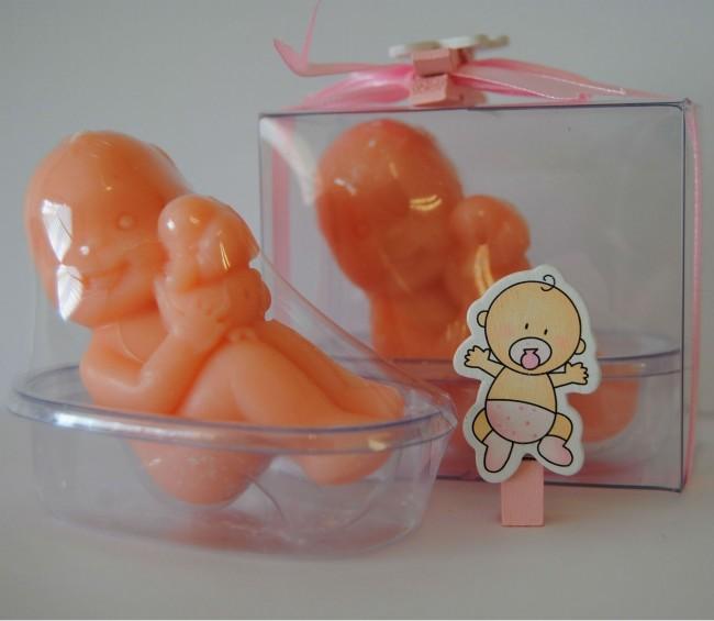 Detalle de Bautizo bebe jabon en bañera rosa