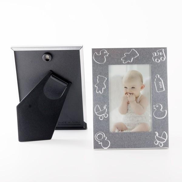 Detalle de bautizo porta foto metal símbolos bebe