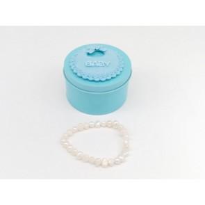 Pulsera natural en caja azul para regalo de bautizo